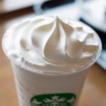スターバックスから新発売の「ホワイト チョコレート & ピーチ クリーム フラペチーノ」。冷たいけどうっまいぞ。